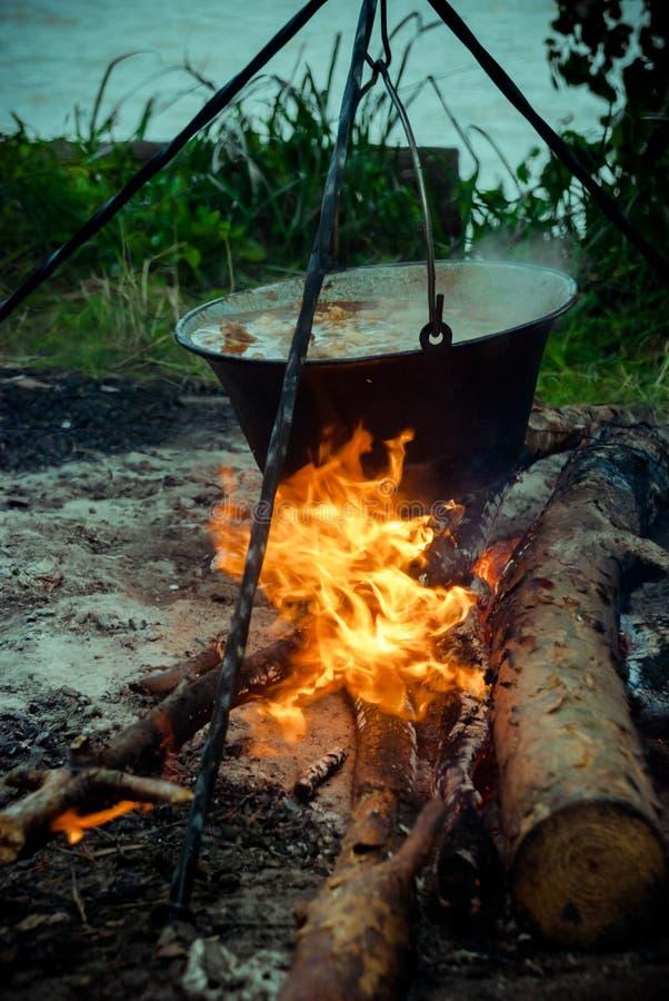 Καζάνι με goulash bograch στην πυρκαγιά στοκ εικόνες με δικαίωμα ελεύθερης χρήσης