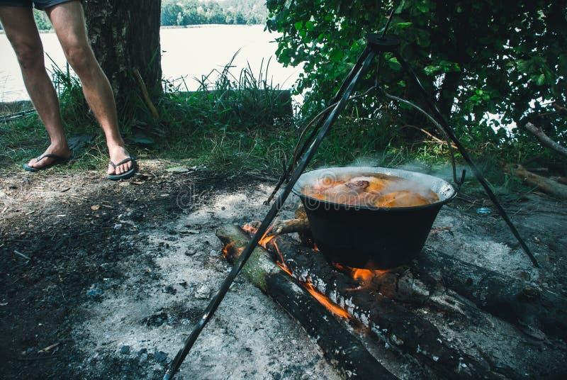 Καζάνι με goulash bograch στην πυρκαγιά στοκ φωτογραφία με δικαίωμα ελεύθερης χρήσης