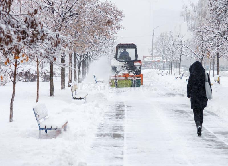 Καθάρισμα χιονιού Το τρακτέρ καθαρίζει το δρόμο, τρόπος μετά από τις βαριές χιονοπτώσεις Τρακτέρ που καθαρίζει το δρόμο από το χι στοκ εικόνες με δικαίωμα ελεύθερης χρήσης