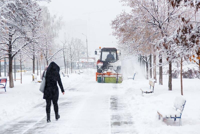 Καθάρισμα χιονιού Το τρακτέρ καθαρίζει το δρόμο, τρόπος μετά από τις βαριές χιονοπτώσεις Τρακτέρ που καθαρίζει το δρόμο από το χι στοκ φωτογραφία με δικαίωμα ελεύθερης χρήσης