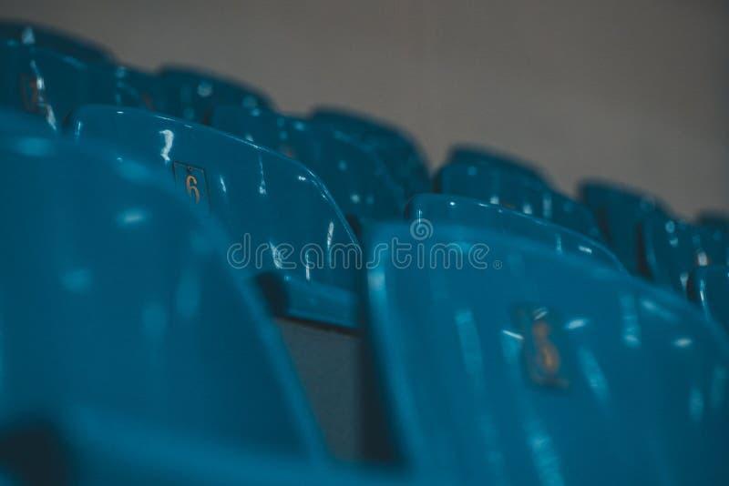 Καθίσματα σταδίων Μπλε και κίτρινα πλαστικά καθίσματα αγωνιστικών χώρων r στοκ εικόνες