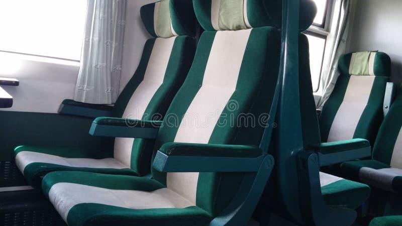 Καθίσματα τραίνων - πράσινα και γκρίζα στοκ φωτογραφία