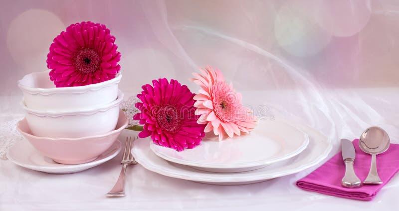 Καθαρά πιάτα και φλυτζάνια επάνω στοκ φωτογραφίες με δικαίωμα ελεύθερης χρήσης