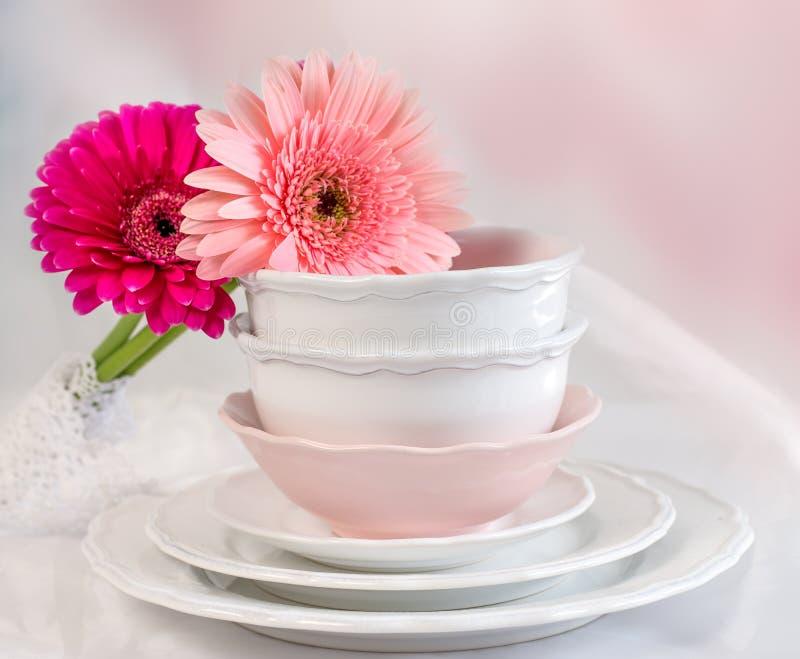 καθαρά πιάτα φλυτζανιών στοκ εικόνα