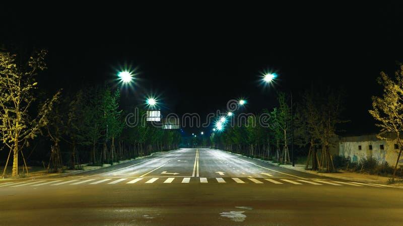 Καθαρές και συμμετρικές οδοί city lights night scene streat λαμπτήρας στοκ φωτογραφία