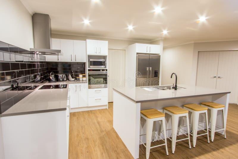 Καθαρή άσπρη σύγχρονη κουζίνα στοκ εικόνα με δικαίωμα ελεύθερης χρήσης