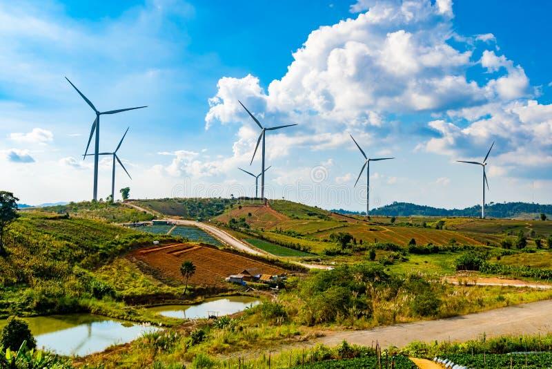 Καθαρή ενέργεια και ηλεκτρική ενέργεια Geneating ανεμοστροβίλων στο μπλε ουρανό, Ταϊλάνδη στοκ εικόνες