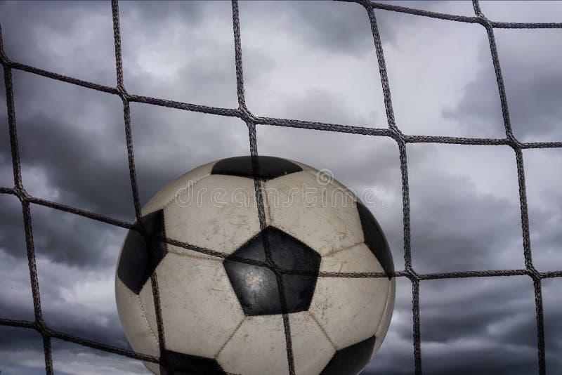 Καθαρή και σφαίρα ποδοσφαίρου στο υπόβαθρο ενός δραματικού ουρανού στοκ φωτογραφίες με δικαίωμα ελεύθερης χρήσης