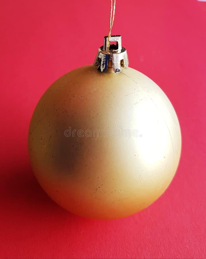 Καθαρή και καθαρή σφαίρα Χριστουγέννων πέρα από το εορταστικό κοκκινωπό υπόβαθρο Εύθυμη διακόσμηση Χριστουγέννων στοκ εικόνα
