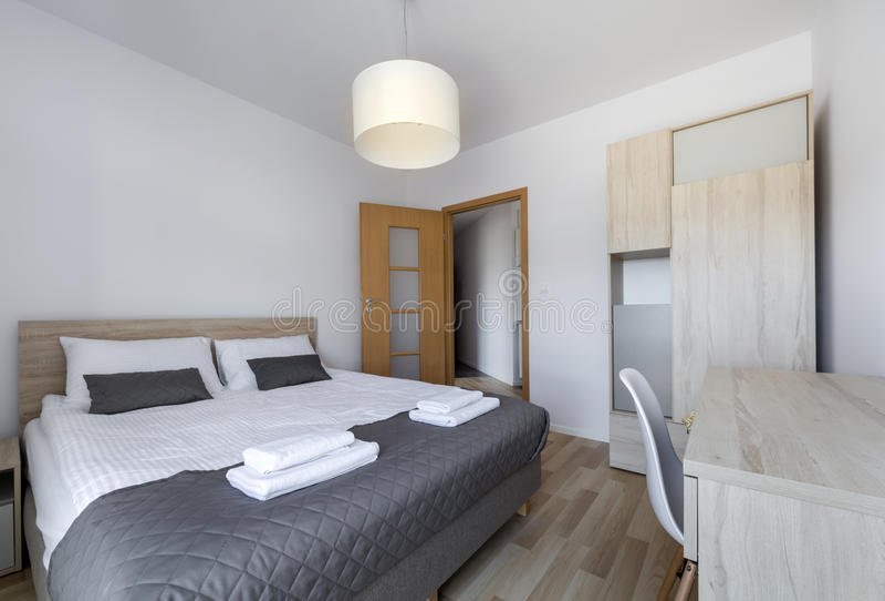 Καθαρή και σύγχρονη κρεβατοκάμαρα με τον κενό τοίχο στοκ εικόνες με δικαίωμα ελεύθερης χρήσης