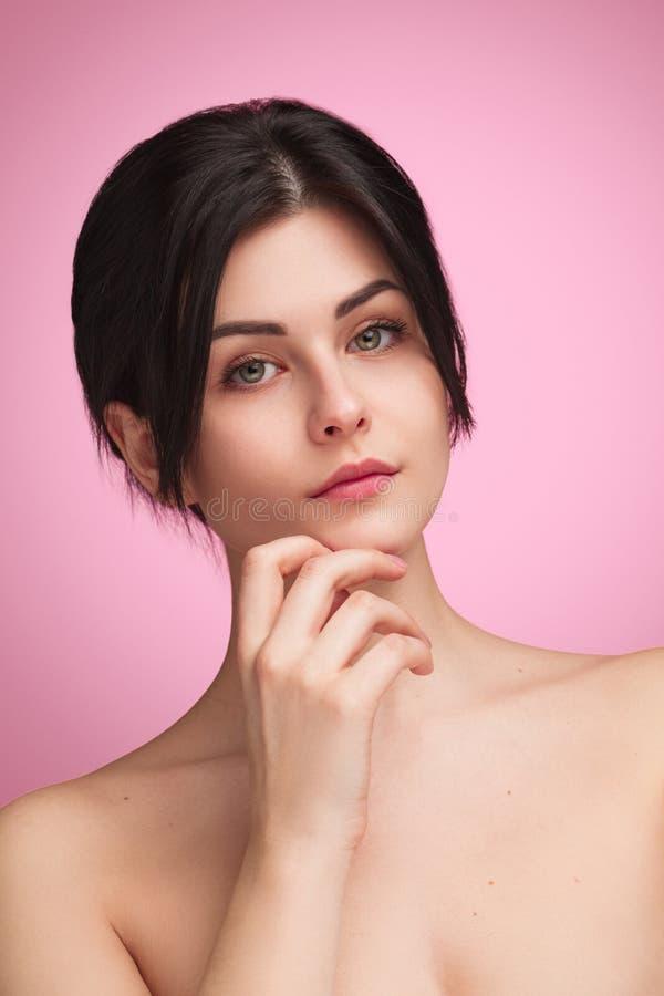 Καθαρή νέα γυναίκα με το τρυφερό δέρμα στοκ φωτογραφία με δικαίωμα ελεύθερης χρήσης