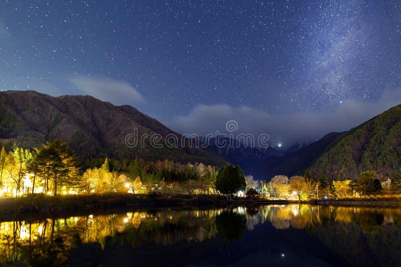 Καθαρή νυχτερινή προβολή στην Ιαπωνία με αμέτρητα αστέρια στον ουρανό στοκ φωτογραφίες με δικαίωμα ελεύθερης χρήσης