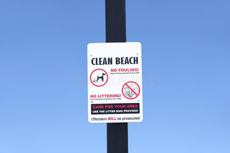 Καθαρή παραλία κανένα σκυλί απορριμάτων που λερώνει το σημάδι στοκ φωτογραφία με δικαίωμα ελεύθερης χρήσης