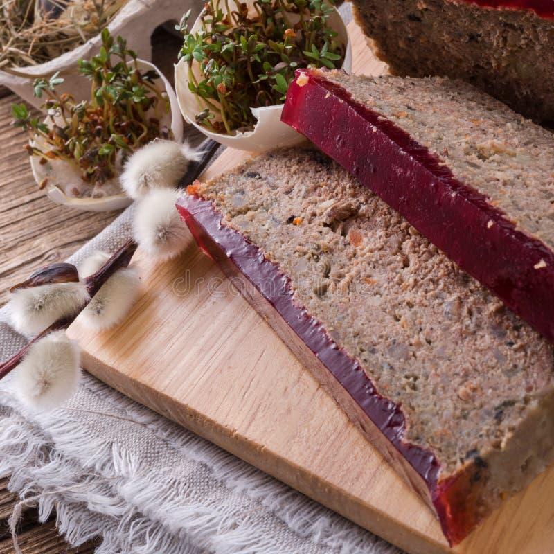 Καθαρίζει την πίτα με τα μανιτάρια και τα άγρια τα βακκίνια στοκ εικόνα με δικαίωμα ελεύθερης χρήσης