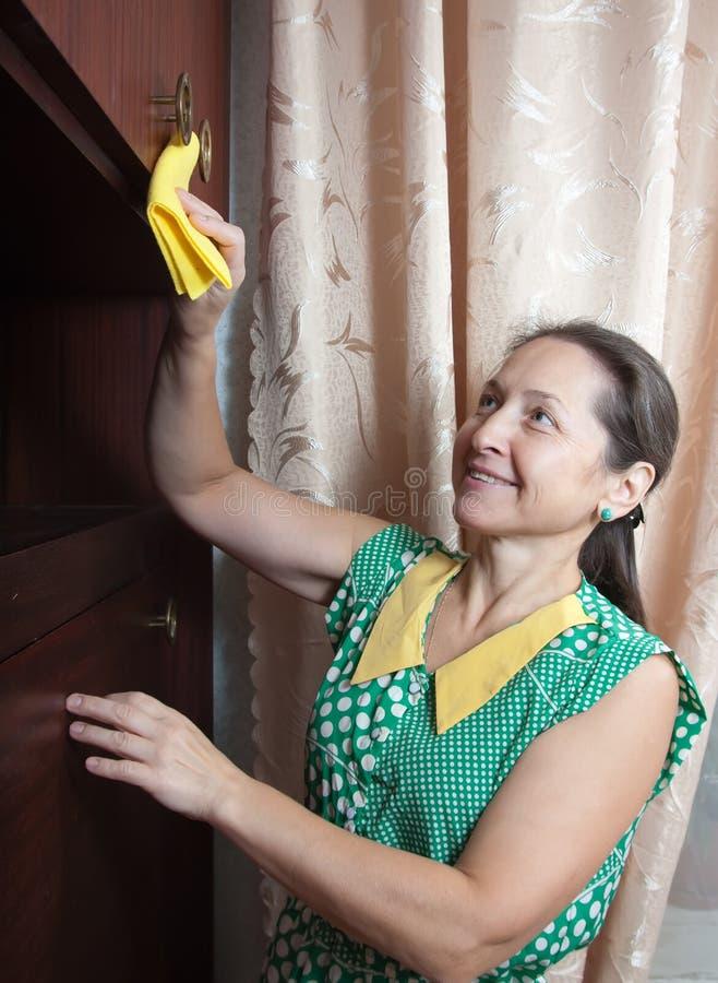 καθαρίζει τη γυναίκα στοκ εικόνα με δικαίωμα ελεύθερης χρήσης