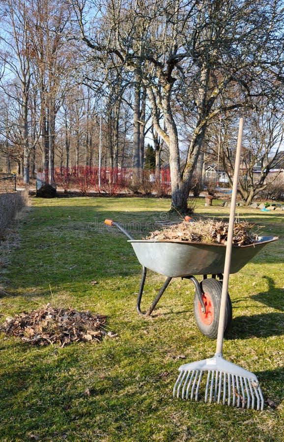 καθαρίζοντας άνοιξη κήπων στοκ εικόνες