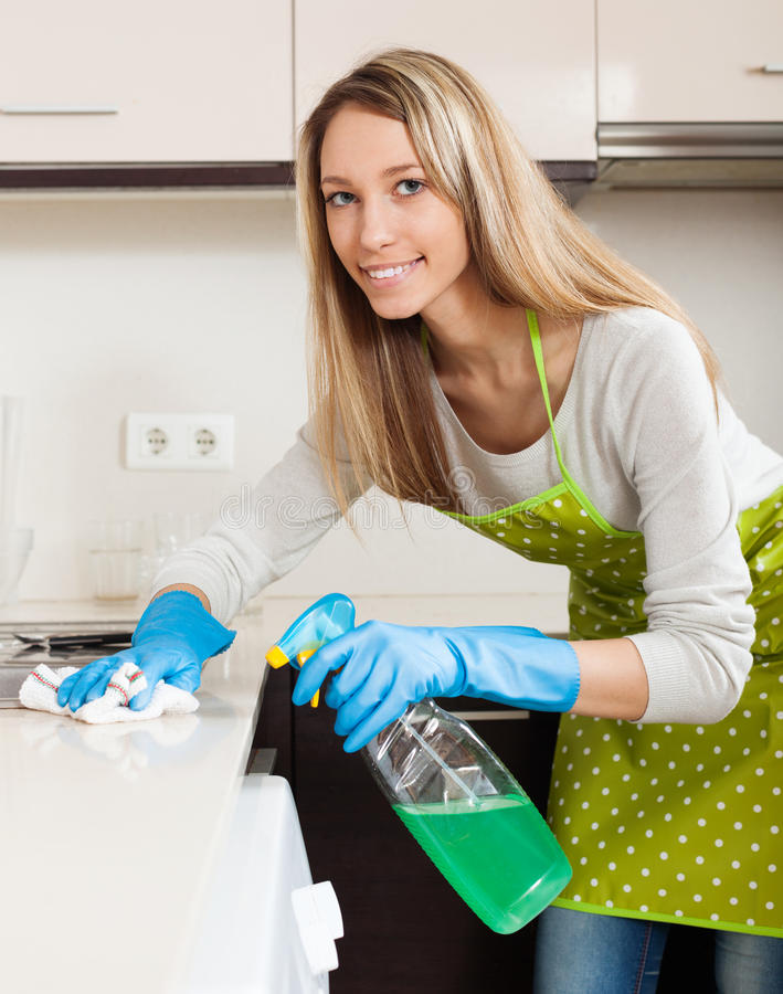 καθαρίζοντας έπιπλα γυναικών με το απορρυπαντικό στοκ εικόνες