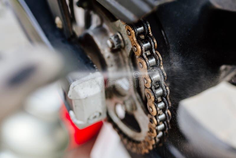 Καθαρίζοντας αλυσίδα μοτοσικλετών στοκ φωτογραφία με δικαίωμα ελεύθερης χρήσης