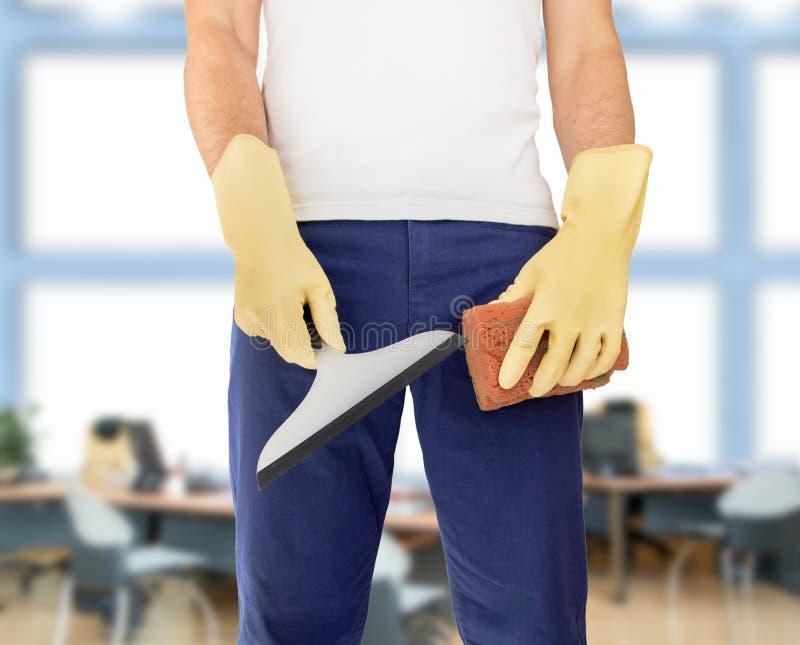 Καθαρίζοντας εργαζόμενος στο γραφείο στοκ εικόνες