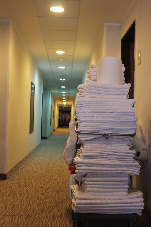 Καθαρίζοντας καροτσάκι δωματίου ξενοδοχείου στοκ φωτογραφίες
