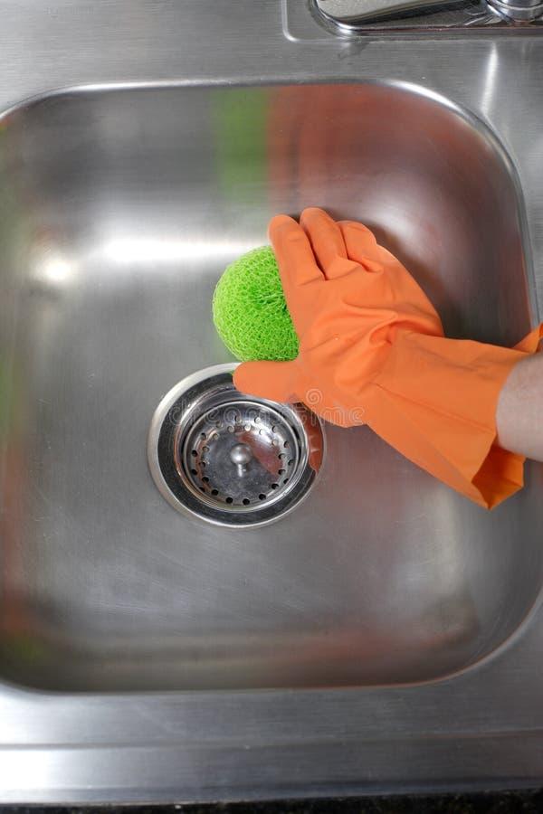 καθαρίζοντας καταβόθρα κουζινών στοκ εικόνες