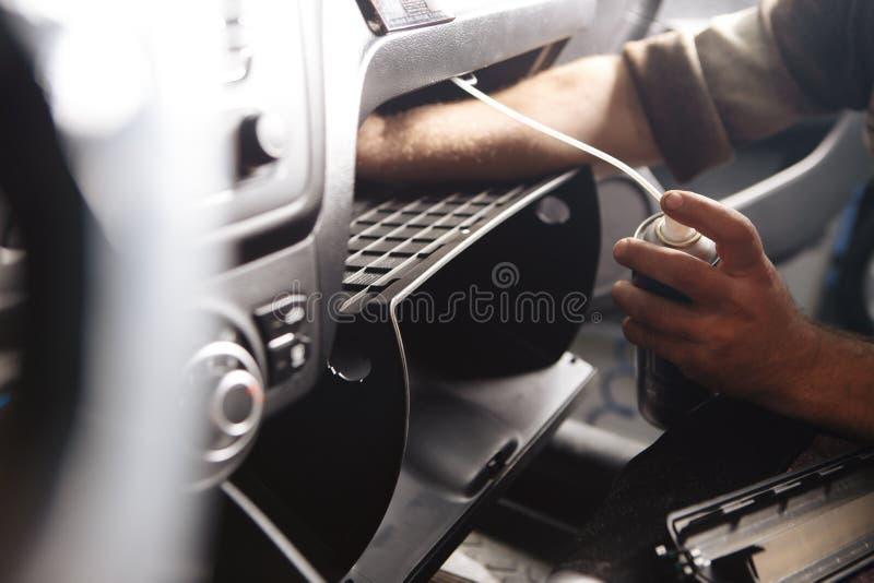 Καθαρίζοντας κλιματιστικό μηχάνημα χεριών προσώπων ` s με το μπουκάλι στο αυτοκίνητο στοκ εικόνες