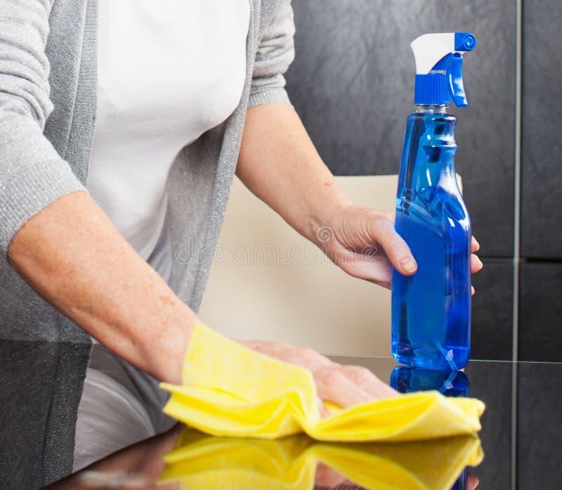 Καθαρίζοντας κουζίνα γυναικών στοκ φωτογραφία