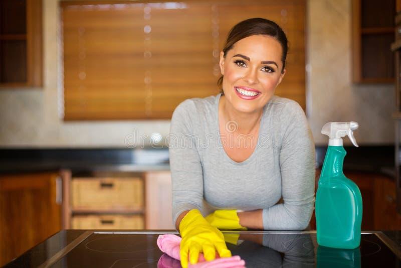 Καθαρίζοντας κουζίνα γυναικών στοκ εικόνες
