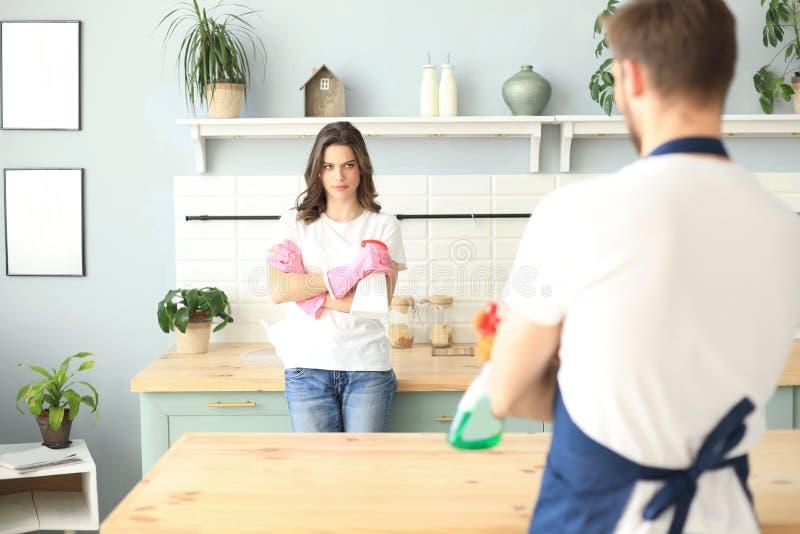 Καθαρίζοντας κουζίνα ζευγών της Νίκαιας νέα από κοινού Έννοια καθαρισμού στοκ φωτογραφία