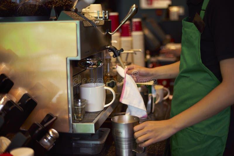 Καθαρίζοντας μηχανή καφέ καφετεριών στοκ φωτογραφίες με δικαίωμα ελεύθερης χρήσης