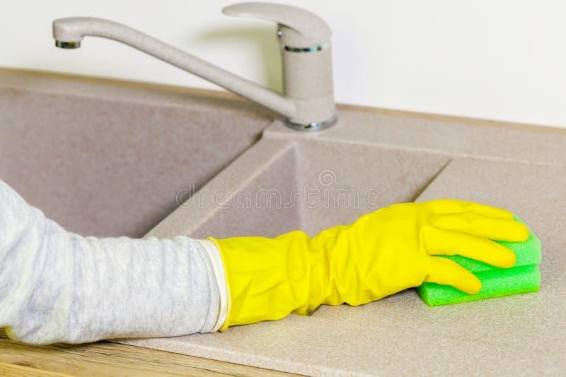 Καθαρίζοντας νεροχύτης κουζινών οικονόμων γυναικών στοκ εικόνες