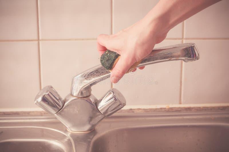 Καθαρίζοντας νεροχύτης κουζινών χεριών στοκ εικόνες