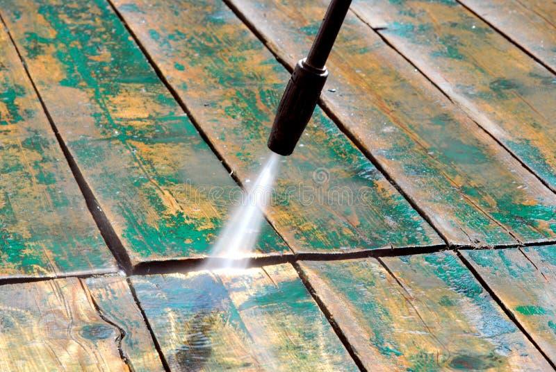 Καθαρίζοντας ξύλο με το νερό στοκ φωτογραφία
