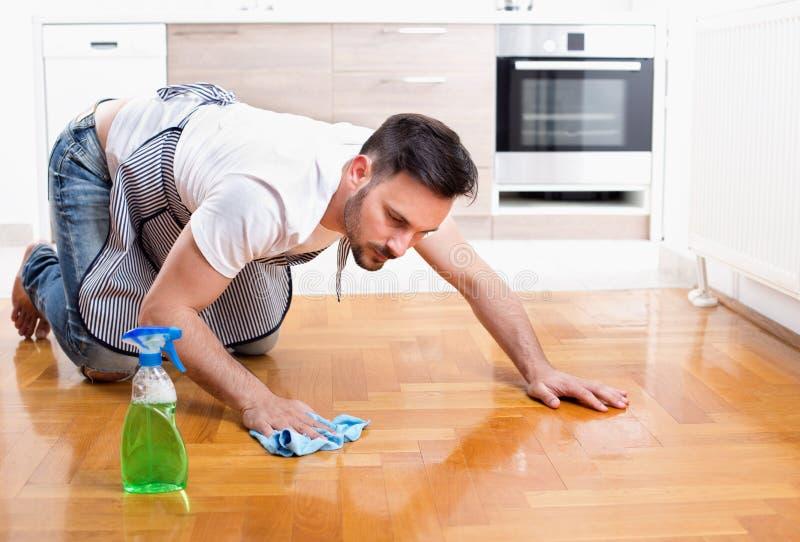Καθαρίζοντας πάτωμα ατόμων στοκ φωτογραφίες με δικαίωμα ελεύθερης χρήσης