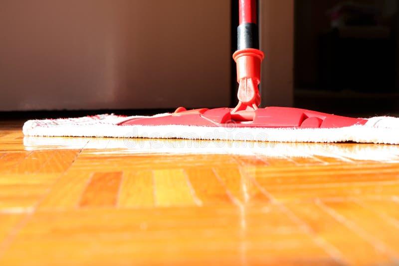 Καθαρίζοντας πάτωμα στην κινηματογράφηση σε πρώτο πλάνο δωματίων στοκ εικόνα με δικαίωμα ελεύθερης χρήσης