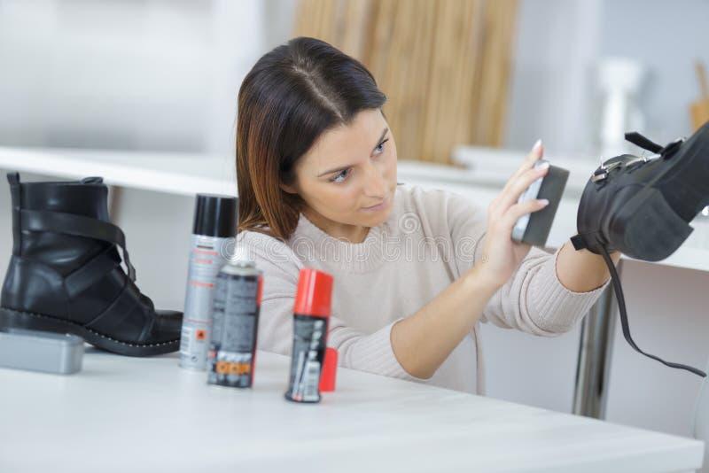 Καθαρίζοντας παπούτσια με τη βούρτσα στοκ εικόνα με δικαίωμα ελεύθερης χρήσης