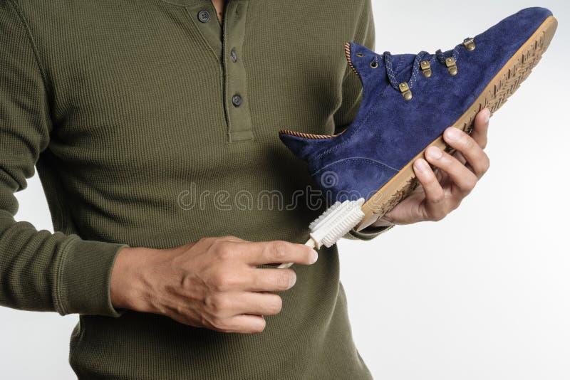 Καθαρίζοντας παπούτσια σουέτ στοκ φωτογραφία