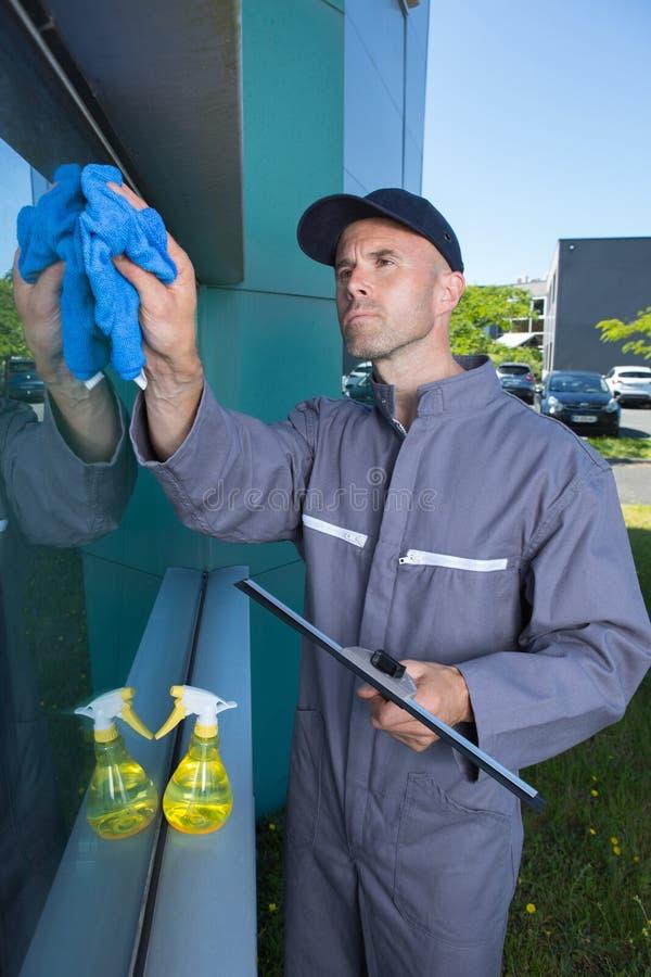 Καθαρίζοντας παράθυρο οικοδόμησης εργαζομένων στοκ εικόνες