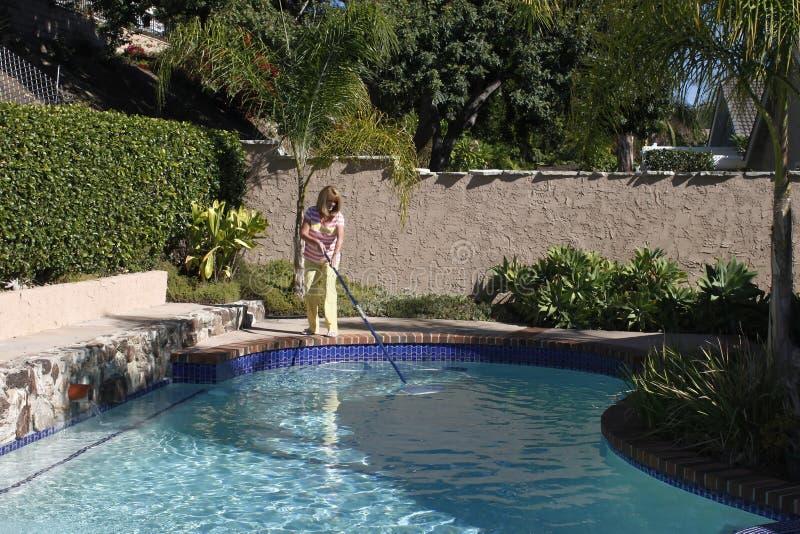 Καθαρίζοντας πισίνα γυναικών στοκ φωτογραφίες με δικαίωμα ελεύθερης χρήσης