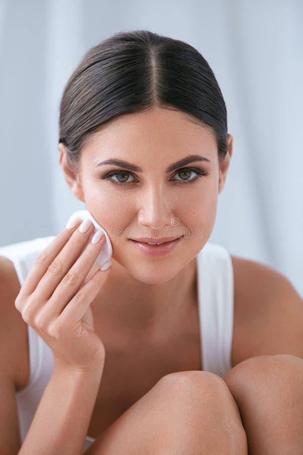 Καθαρίζοντας πρόσωπο γυναικών με το καλλυντικό μαξιλάρι βαμβακιού, που αφαιρεί Makeup στοκ φωτογραφία με δικαίωμα ελεύθερης χρήσης