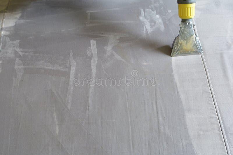 Καθαρίζοντας σαμπουάν καναπέδων στοκ εικόνες
