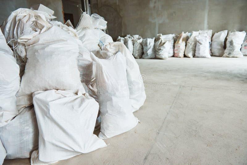 Καθαρίζοντας συντρίμμια Σωρός των αποβλήτων κατασκευής στα ζωύφια στο διαμέρισμα στοκ εικόνες