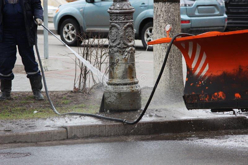 Καθαρίζοντας τη βρώμικη θέση θέση πόλεων με το υψηλό πλυντήριο την άνοιξη στοκ εικόνες