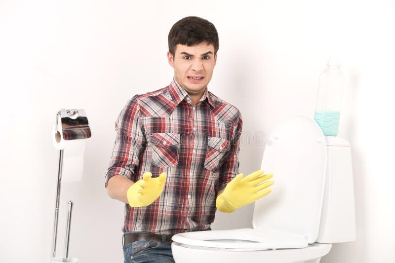Καθαρίζοντας τουαλέτα ατόμων με τον καθαριστή ψεκασμού στοκ εικόνες με δικαίωμα ελεύθερης χρήσης