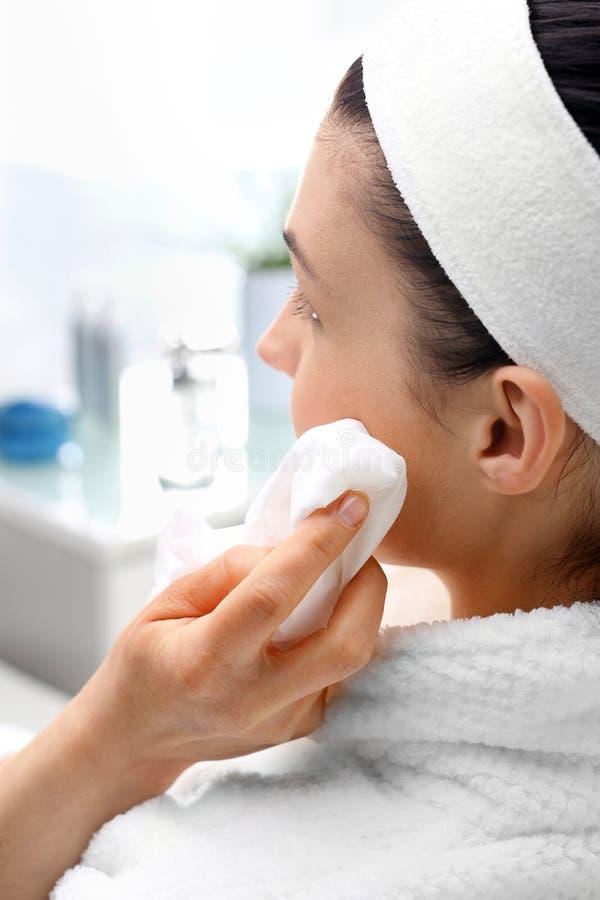Καθαρίζοντας του προσώπου δέρμα, μια γυναίκα στο σαλόνι ομορφιάς στοκ φωτογραφίες