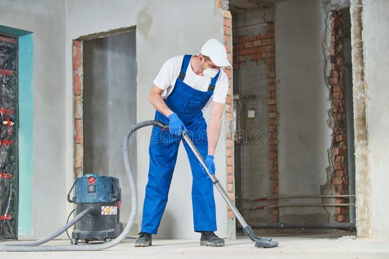 καθαρίζοντας υπηρεσία αφαίρεση σκόνης με την ηλεκτρική σκούπα στοκ εικόνα με δικαίωμα ελεύθερης χρήσης
