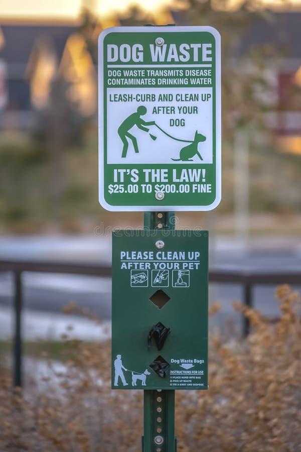 Καθαρίστε μετά από την κοιλάδα της Γιούτα προειδοποιητικών σημαδιών κατοικίδιων ζώων σας στοκ φωτογραφία με δικαίωμα ελεύθερης χρήσης