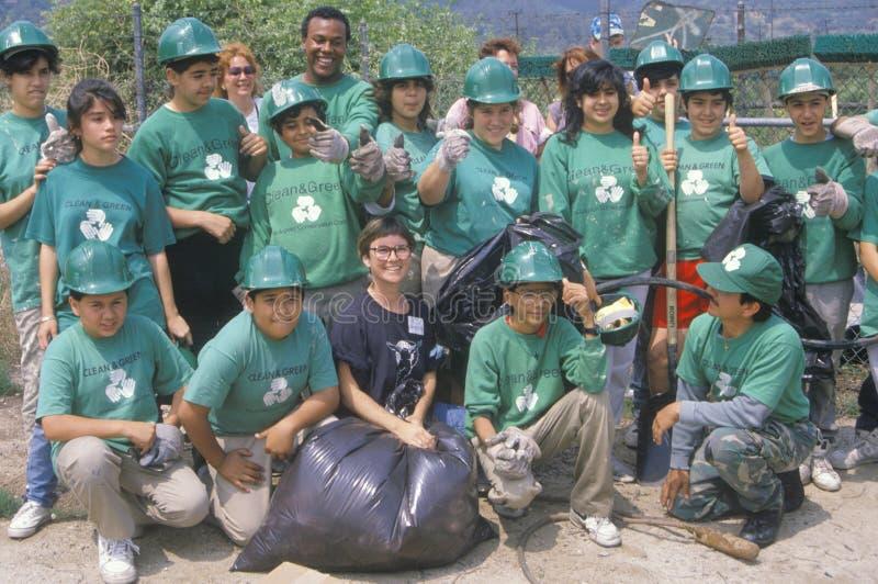 Καθαρίστε & περιβαλλοντικοί εθελοντές Green� σε έναν καθαρισμό ποταμών, μέρος των σωμάτων συντήρησης του Λος Άντζελες στοκ εικόνα