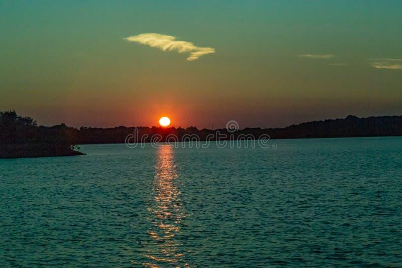 Καθαρίστε την περίληψη του ήλιου στο ηλιοβασίλεμα με τον όμορφο ορίζοντα πέρα από τη λίμνη Zorinsky Ομάχα Νεμπράσκα στοκ εικόνα