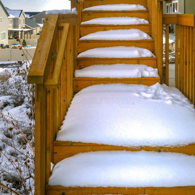 Καθαρίστε την τετραγωνική υπαίθρια ξύλινη σκάλα ενός σπιτιού που καλύπτεται με το χιόνι κατά τη διάρκεια της χειμερινής εποχής στοκ εικόνες με δικαίωμα ελεύθερης χρήσης